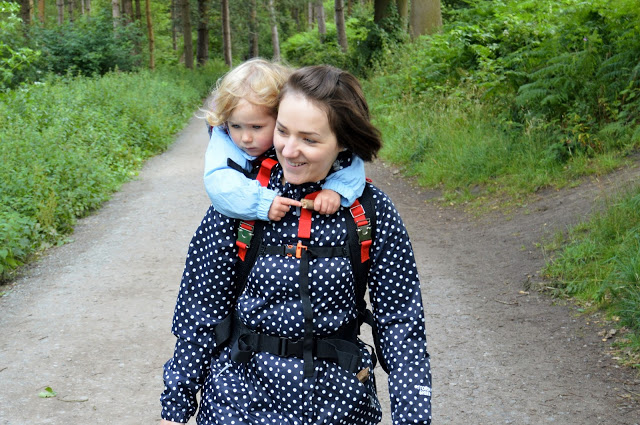 Hamahaki Hopp - toddler on Mummy's back