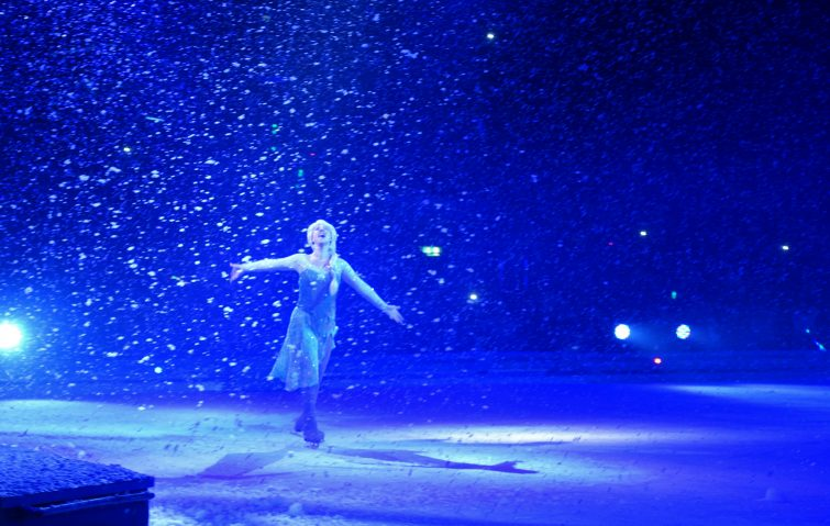 Disney on Ice - Elsa dancing in the snow