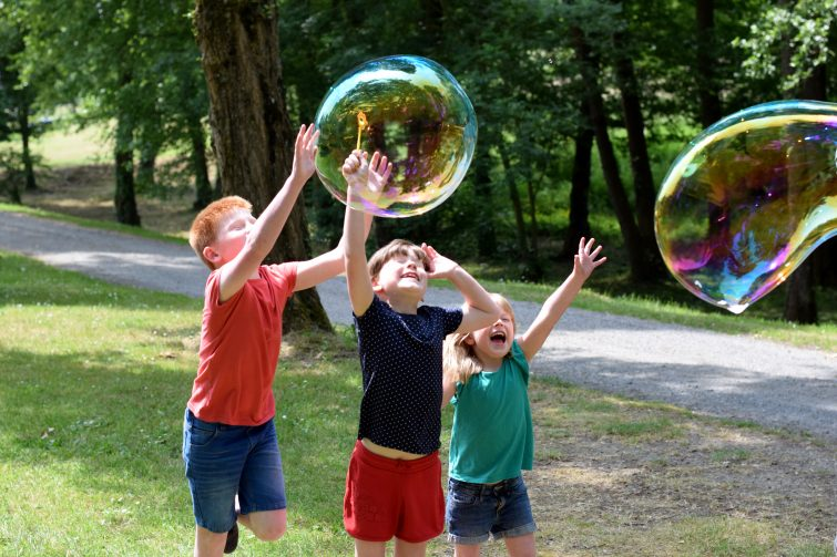 Giant bubbles with Gazillion